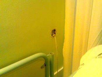 Un enchufe sin ningún tipo de protección en la pared de mi habitación de la 2ª planta