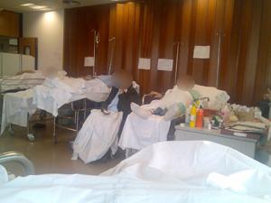 Pacientes amontonados en una zona habilitada en Urgencias. Sin baño, por supuesto...